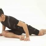 ②抵抗を加えた後、息を吐きながら上体を前傾して8秒伸ばす。このとき、腰を丸めないように気をつける