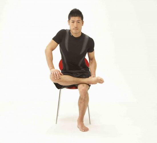 ②抵抗を加えた後、息を吐きながら自力で脚を下方に開いて8秒間伸ばす