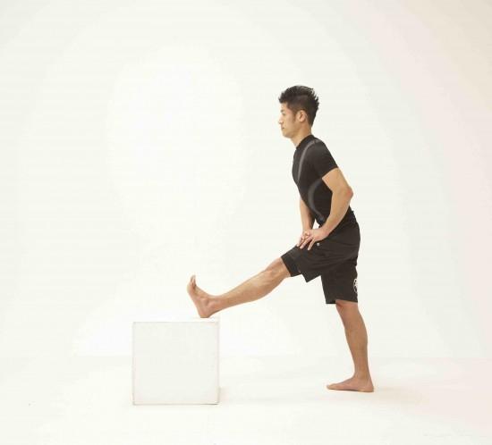 ②抵抗を加えた後、上体を前傾させて8秒間伸ばす。
